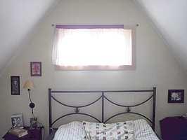 Soverommet var relativt anonymt med lyse vegger og tak og en enkel jernseng.