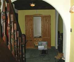Før: Knallgule murstrukturvegger, buer og mørkebrunt slukte lys.