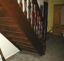 Før: Plassen under trappen var kun en støvsamler og lite praktisk.