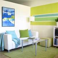 Innbydende sofakrok mot lettveggen som deler rommet.