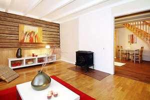 Før: Istedenfor peis var det en liten peisovn i stuen, og veggen mot kjøkkenet gikk lengre ut