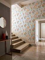 <b>MALT GULV:</b> Et malt gulv er en enkel måte å tilføre litt farge og personlighet til interiøret. Med Carazzo gulvmaling fra Pure & Original kan du få en matt og lekker farge på gulvet som er slitesterk nok til å tåle entreens røffe tak. Her i fargen Topaze.