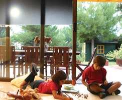 Vindusfolie kan festes både på hele eller deler av vinduet - avhengig av hvor solen er plagsom.