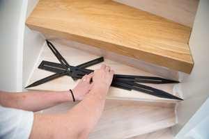 <b>MÅL OPP:</b> Bruk en mal, helst en trappetrinnsmåler, for å måle trinnene.