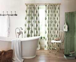 Det er deilig med naturlig lys på badet, men innsyn fra vinduene er ikke alltid like populært. Gardiner bidrar til å bevare privatlivet. Fargene frisker også opp. (Foto: INTAG)