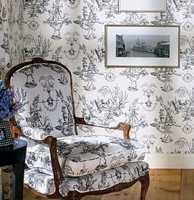 Mønsteret kan gjerne gjentas på tapet og tekstil. Dette er fra Toil de Provance fra Thibaut/Intag.