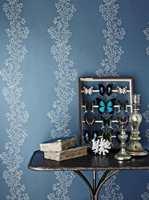 INTAG fører dette blå tapetet fra Sanderson. Denne kolleksjonen heter Sparkle Coral.