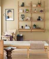 <b>GLASS:</b> Lunt og hyggelig; veggene, gulvet, og møblene er matte, lyse og gylne. Glassgjenstandene i hyllen, den sorte lampen og bildet gir blanke og harde kontraster som får helheten til å leve. Veggene er malt med Butinox farge Dijon.