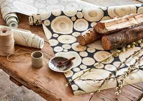 <b>MODERNE KONTRAST:</b> Grove naturmaterialer og gammelt slitt treverk ble populære som kontraster i hvite minimalistiske interiør. Ønsker du natur, og et hint av tradisjon, så er det mye å hente her. Tapetene er Embleton Bay fra Sanderson. Føres av Intag.
