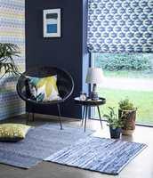 <b>RUSTIKK RYE:</b> Her er mye kontraster i farger og mønster, men mesteparten av flatene er harde og faste. Den vevde blå ryen er et rustikt og taktilt innslag som skaper mer liv. Tapet og tekstiler er Nuevo fra Scion/Tapethuset.