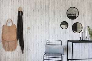 <b>OPPMYKING:</b> Her mykes stramme linjer og den litt kjølige stilen opp med innslag av mykt skinn i varm farge. Veggen er laget av platene Walls4You/Bright Wood fra Forestia.