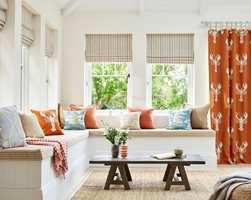 <b>VARM KALD:</b> I et interiør med hovedsakelig varme farger gjør det godt å få inn litt kjølig blått. Legg også merke til det mørke bordet. Tekstilene er fra Sanderson, kolleksjon Port Isaac. Føres av Intag.