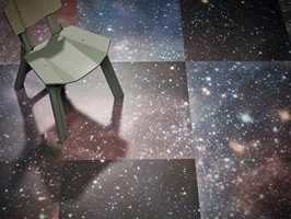 <b>GALAKSER:</b> Spennende himmelbilder på gulvet, i form av designfliser i vinyl; Allura Abstract Galaxy, fra Forbo Flooring. (Foto: Forbo Flooring)
