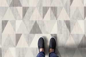 <b>GRAFISK UTTRYKK:</b> Vinylbelegg med geometrisk mønster i duse farger. HQR Diamond Cream fra Gerflor. (Foto: Gerflor)