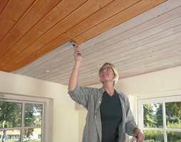 Ved å male et eldre gulnet tak i panelhvitt får man også en bedre helhet i forhold til de lyse veggene.