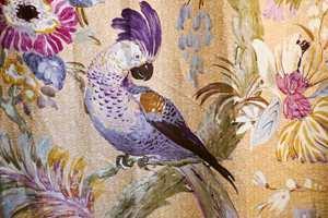 <b>NYE FARGER:</b> Okergult i kombinasjon med en dash lilla er blant høstens superpar på fargefronten, og gjerne i form av papegøyemønster på gardiner. Tekstilet er fra Green Apple.