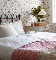 <b>BALANSE:</b> En mønstret vegg trenger hjelp av mønster flere steder i rommet for å finne ro. Tapetet her er Anno fra Borge.