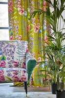 <b>FRODIG:</b> Frisk og frodig blomstermiks med tekstiler fra Harlequin og Tapethuset. Den grønne detaljen på stolen er viktig, den gir øyet noe å gripe fatt i.