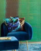<b>BLÅ LUFT:</b> Den ensfargede blå stolen gir øyet noe å hvile på. Tapet og tekstiler fra Eijffinger/Storeys.