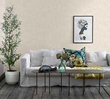 <b>PUTE:</b> Her skaper en stormønstret pute liv i sofaen med støtte av et mønstret pledd og nips på bordet. Mønsteret på tapetet er så forsiktig at det blir som en rolig bakgrunn. Ikke vær redd for å blande flere mønster. Tapet Sense of Silence/Borge.