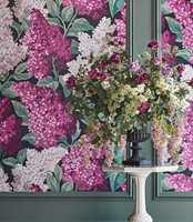<b>MISFORSTÅELSE:</b> Ikke vær redd for store blomstermotiv i små rom. Forsøk gjerne disse store syrinblomstene fra Cole & Son, som føres av Borge.