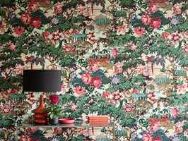 <b>TANGO:</b> Med dette tapetet på veggen jages vinterkulden på dør. Her er fullt av eksotisk liv mellom blomsterhodene. Tapetet Tango fra Linwood føres av Intag.