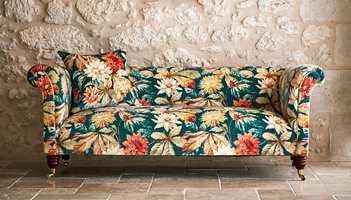 <b>MØBELTREND:</b> En blomstrete sofa eller stol kan bli prikken over i-en i stuen. Denne er trukket i et stoff fra Sandersons kolleksjon Elysian. Det føres av Intag.