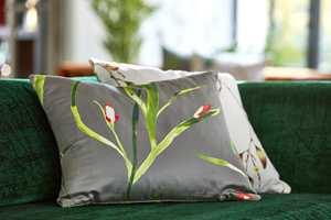 <b>PUTE:</b> Start med en pute i sofaen dersom du er usikker på om blomster er noe for deg. Denne er fra Tapethuset, tekstil fra Harlequin/Zapara.