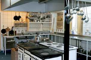 Det er lagt ned mye arbeid i å skaffe frem tidsriktige komfyrer, kjøleskap og øvrig utstyr til internatets kjøkken.