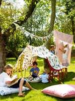 Sprayer du tekstilene med impregnering tåler de mer lek og moro. Disse tekstilene er fra Linwood/Intag.
