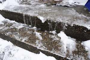 <b>ISFARE:</b> Det er ikke bare, bare å gå ut om vinteren. Lær deg hvordan bør møte isglatte trapper og oppkjørsler. (Foto: Kemetyl)