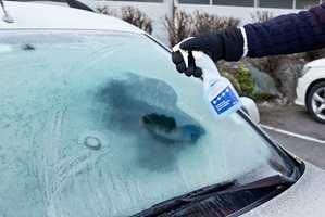 Spray på litt isfjerner, og på et blunk er bilrutene isfrie. Foto: Chera Westman/ifi.no