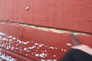 <b>VEDHEFT: </b>I anbefalt malingsystem inngår impregneringsolje og grunningsmaling som skal sikre treverket mot fukt og råte, samt gi god vedheft for toppstrøksmalingen. (Foto: Per Myhre/Nordsjö)