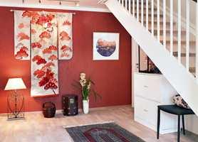 Den vakre brudekimonoen ble utgangspunktet for fargene, og dekorerer rommet som det kunstverket den er.