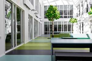 Norges tredje største videregående skole har over 11 000 kvadratmeter grått linoleumbelegg. Likevel oppleves skolen som fargerik.