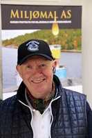Johnny Spangen hos Miljømal selger vakumkokt linolje tilsatt standolje. – Linoljemaling beskytter og bevarer treverket, sier han.