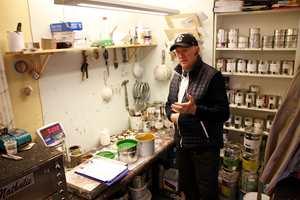 I de gamle lokalene til Sætre kjeks i Oslo, brekker Spangen linoljemaling som sendes ut til kundene.