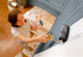 Maling av panel går raskt og lett, når malingen påføres med egnet rull, og strykes ut til flott fininsh med en fordriver.
