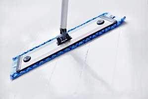 <b>SKINNENDE RENT:</b> Det er effektivt med mopp på gulvet.