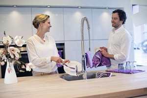I gavepakningen finner man både oppvaskbørste, klut og håndkle.