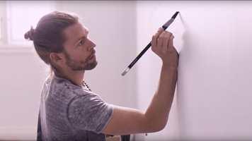 <b>PERFEKT PRESISJON:</b> En tatovør trenger verktøy som gir full kontroll. Jordan lot derfor tatovøren Chris prøve ut deres revolusjonerende nyhet – en pensel med den unike, trekantede TriTech-busten som tilbyr perfekt presisjon.