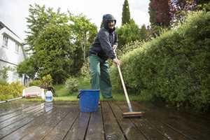 Det er flere uteoppgaver som er perfekte å gjøre når det regner; blant annet terrassevasken. (Foto: Jordan)