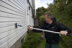 En årlig vask holder fasaden ren, og utsetter større vedlikeholdsarbeid.