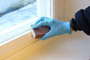 <b>SLIP</b> En lett runde med slipekloss vil sikre at malingen sitter godt.