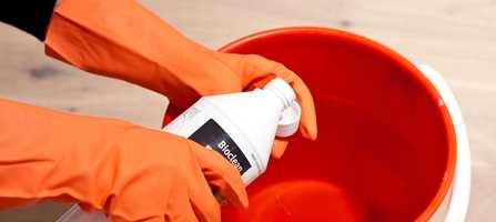 Bruk rengjøringsmiddel tilpasset gulvet. Her er det brukt Bioclean fra Tarkett på tregulvet.