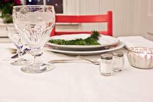 <b>HVIT JUL:</b> Sørg for at duken er hvit når bordet dekkes med det fineste serviset. (Foto: Mari Rosenberg/ifi.no)
