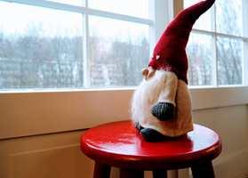 <b>NISSEKRAKK:</b> En rødmalt krakk ved vinduet skaper julestemning. (Foto: Robert Walmann/ifi.no)