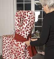 Til slutt ble et magebelte knytt rundt stolen. Det har både en dekorativ og en praktisk funksjon, i og med at det skjuler sårkanten og holder alt på plass.
