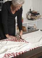 Det er lurt å lage en mal først. Ellen brettet både malen og tekstilet i to, før hun la malen øverst. På den måten blir klippingen effektiv og nøyaktig.