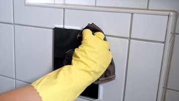 <b>DETALJER:</b> Betjeningsplaten over toalettet og andre steder der du tar med hendene er viktig å vaske.